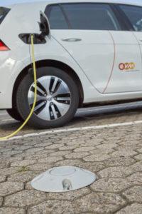 LoRaWAN Bodensensor neben Elektrofahrzeug der evm ©evm/Sascha Ditscher