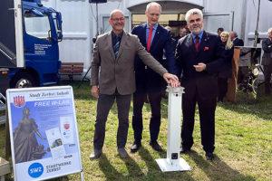 Von links: Stadtwerkegeschäftsführer Jürgen  Konratt, Bürgermeister Andreas Dittmann und Landeswirtschaftsminister Armin Willingmann schalten bei der Gewerbefachausstellung in Zerbst den WLAN-Hotspot frei.