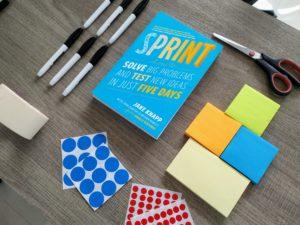Klebepunkte, Post-Its und Stifte bilden die Grundlage für einen Design Thinking Workshop