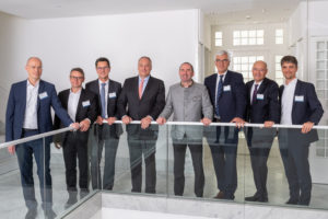 Gruppenbild Regionaler Energiehandel mit Erneuerbaren Energien Trafen sich zum Projektstart (von links nach rechts): Franz Schulte (Thüga SmartService), Dr. Johannes Angloher (Syneco), Markus Last (erdgas schwaben), Dr. Matthias Cord (Thüga), Staatsminister Hubert Aiwanger, Prof. Dr. Ulrich Wagner (TUM), Marcus Böske (Energie Südbayern), Dr. Christoph Ullmer (Thüga) ©Thüga / Falk Heller