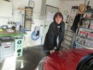 Testladerin Sabine Walkling aus Dibbesdorf hat gerade ihre neue Wallbox installiert bekommen und lädt erstmalig ihr Elektrofahrzeuges zu Hause.